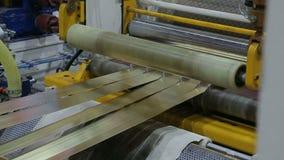 De lijn voor het machinaal bewerken van een broodje van bladmetaal stock footage