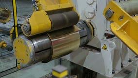 De lijn voor het machinaal bewerken van een broodje van bladmetaal stock video