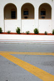 De lijndetail van de straat met achtergrond van drie bogen Stock Foto