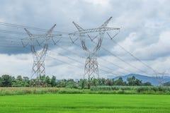 De lijnen en het platteland van de hoogspanningsmacht Stock Foto