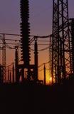 De lijnen van de elektriciteit bij schemer Stock Foto's