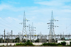 De lijnen van de hoogspanningsmacht met elektriciteitspylonen bij blauwe hemel royalty-vrije stock foto's