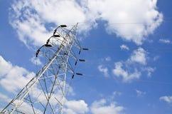 De lijnen van de hoogspanningsmacht met elektriciteitspylonen bij blauwe hemel royalty-vrije stock foto