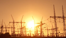 De lijnen van de macht en elektrische pyloon Stock Foto