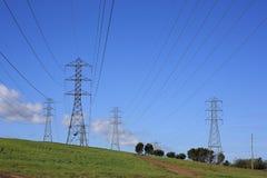 De lijnen van de macht en hoogspanningstorens Stock Foto