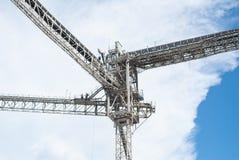 De lijnen van de staalstructuur van een nieuw hoog commercieel gebouw Stock Foto
