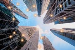 De lijnen van de digitaal netwerkverbinding van architectuur, wolkenkrabberbu stock afbeeldingen
