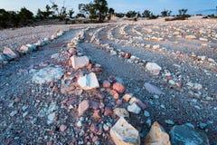 De lijnen van gekleurde rotsen vormen patronen van convergerende lijnen royalty-vrije stock afbeelding