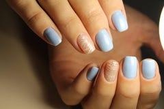 De lijnen van het manicureontwerp, blauwe spijkers Stock Foto's