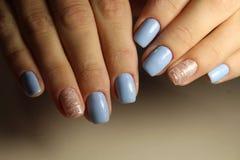 De lijnen van het manicureontwerp, blauwe spijkers Royalty-vrije Stock Afbeelding