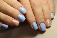 De lijnen van het manicureontwerp, blauwe spijkers Stock Afbeeldingen