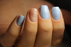 De lijnen van het manicureontwerp, blauwe spijkers Royalty-vrije Stock Fotografie