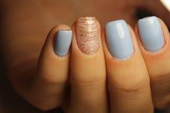 De lijnen van het manicureontwerp, blauwe spijkers Royalty-vrije Stock Foto's