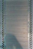 De lijnen van het patroonmetaal op stap van travolator Textuur of achtergrond Stock Afbeeldingen