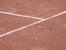 De lijnen van het tennis op terrein met voetstappen stock fotografie