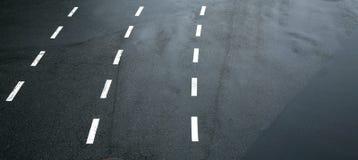 De lijnen van het verkeer op asfalt Stock Foto's