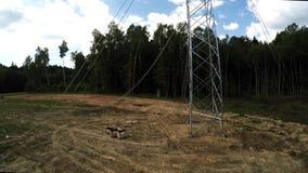 De lijnen van de macht Transmissie van electricit Het installeren van pylonen Spanning van draden 110 stock footage