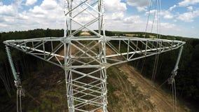 De lijnen van de macht Transmissie van electricit Het installeren van pylonen Spanning van draden 113 stock videobeelden