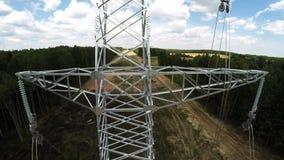De lijnen van de macht Transmissie van electricit Het installeren van pylonen Spanning van draden 114 stock footage