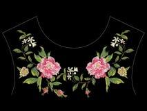 De lijnpatroon van de borduurwerk bloemenhals met roze rozen en appelbl Stock Foto's