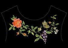 De lijnpatroon van de borduurwerk etnisch hals met rode pioen, wisteria en Royalty-vrije Stock Foto