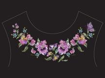 De lijnpatroon van de borduurwerk kleurrijk etnisch hals met pansies en bu Royalty-vrije Stock Foto