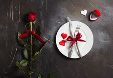 De lijst die van de valentijnskaartendag romantisch diner plaatsen huwt me huwelijksverlovingsring Royalty-vrije Stock Afbeelding