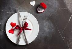 De lijst die van de valentijnskaartendag romantisch diner plaatsen huwt me huwelijksverlovingsring Royalty-vrije Stock Foto