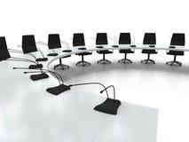 De lijst en de stoelen van de conferentie met microfoons Royalty-vrije Stock Afbeeldingen