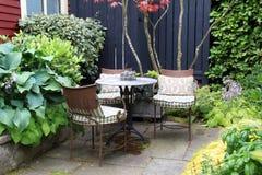 De lijst en de stoelen van de tuin Stock Afbeeldingen