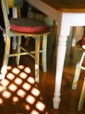 De lijst en de stoelen van het plattelandshuisje Stock Foto