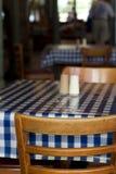 De lijst en de stoelen van het restaurant Stock Foto
