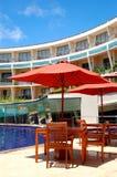 De lijst en de stoelen van openluchtrestaurant Stock Foto's