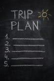 De lijst en de zon die van het reisplan op zwart bord trekken Royalty-vrije Stock Foto's