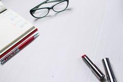 De lijst in het bureau Kantoorbehoeften die op de lijst liggen Workplac Royalty-vrije Stock Afbeeldingen