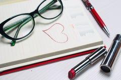 De lijst in het bureau Kantoorbehoeften die op de lijst liggen Workplac Royalty-vrije Stock Foto