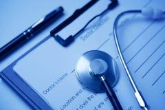 De lijst van de artsencontrole met stethoscoop in wolfram wit saldo royalty-vrije stock afbeeldingen