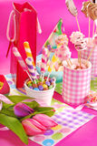 De lijst van de verjaardagspartij met bloemen en snoepjes voor jonge geitjes Royalty-vrije Stock Fotografie
