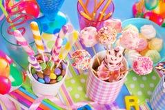 De lijst van de verjaardagspartij met snoepjes voor jonge geitjes stock foto