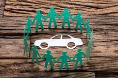 De Lijst van Groenboekteam surrounding car on wooden royalty-vrije stock afbeelding