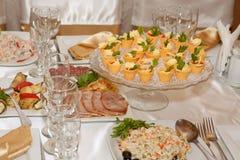 De lijst van het banket met voedsel royalty-vrije stock afbeelding