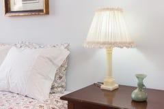 De lijst van het bed met lamp Stock Fotografie