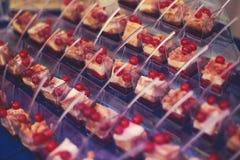 De lijst van het cateringsbanket met verschillende voedselsnacks en voorgerechten op collectieve de partijgebeurtenis van de Kers Stock Foto's