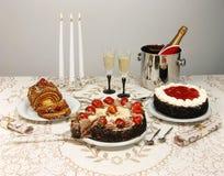 De lijst van het dessert met cakes en champagne Stock Fotografie