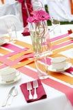 De lijst van het huwelijk die voor pret wordt geplaatst die tijdens een banketgebeurtenis dineert - partijen o Royalty-vrije Stock Fotografie