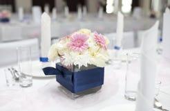 De Lijst van het huwelijk met boeket van bloemen Royalty-vrije Stock Fotografie