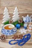 De lijst van het nieuwjaar met spartakken en decoratie op een houten achtergrond Kerstmisthee met koekjes, peperkoek, kleine ster royalty-vrije stock fotografie