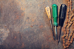 De lijst van het werkbankmetaal met oude hulpmiddelen stock afbeeldingen