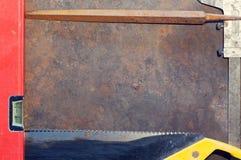 De lijst van het werkbankmetaal met oude hulpmiddelen stock afbeelding