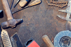 De lijst van het werkbankmetaal met oude hulpmiddelen stock fotografie